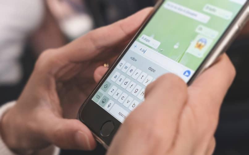 persona respondiendo un mensaje privado de whatsapp