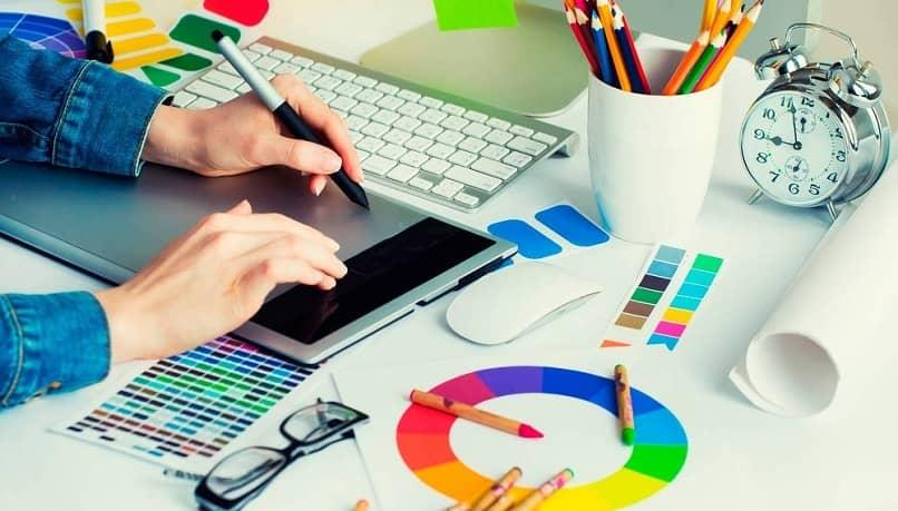 persona mesa revisar colores tableta marketing