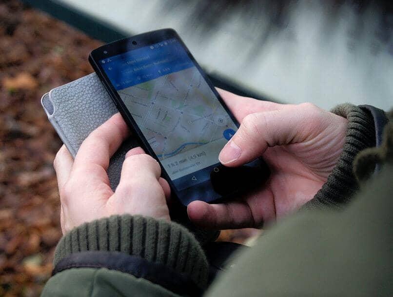 se muestra a un hombre usar google maps