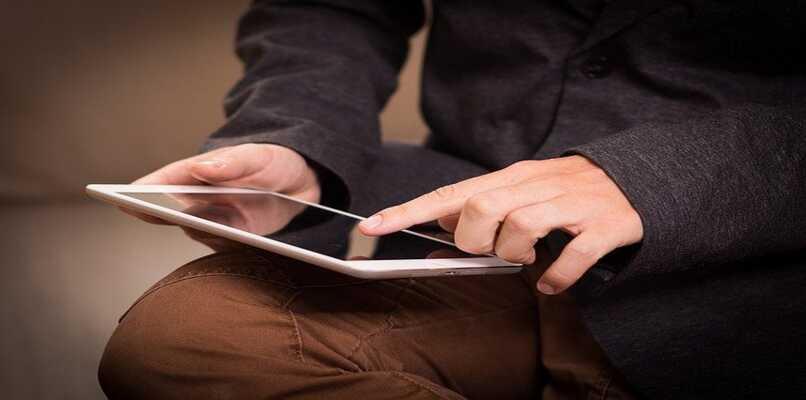 persona utilizando netflix en tablet