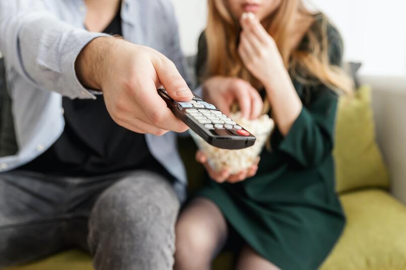 personas configurando tv