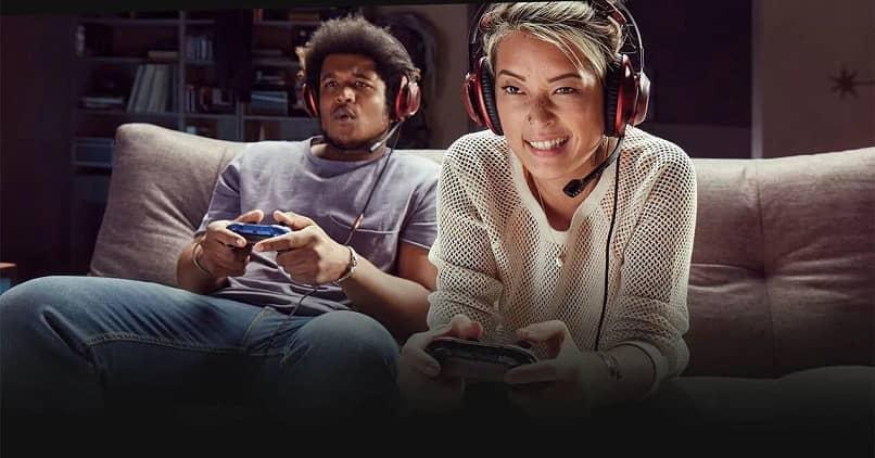 personas jugando videojuegos