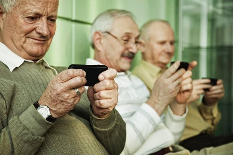 personas mayores usando smartphone
