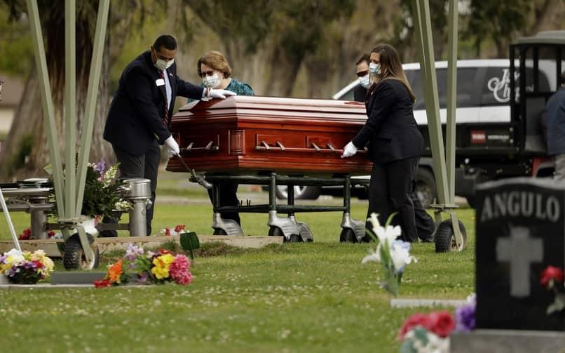personas familiares sujetar ataud cementerio