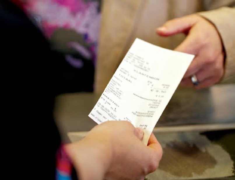 personas recuperando facturas borradas