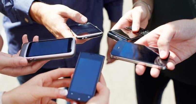 personas utilizando sus telefonos
