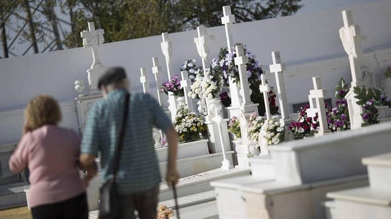 persona mayores visitan cementerio