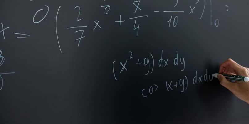 persona resuelve problemas numericos con mathway