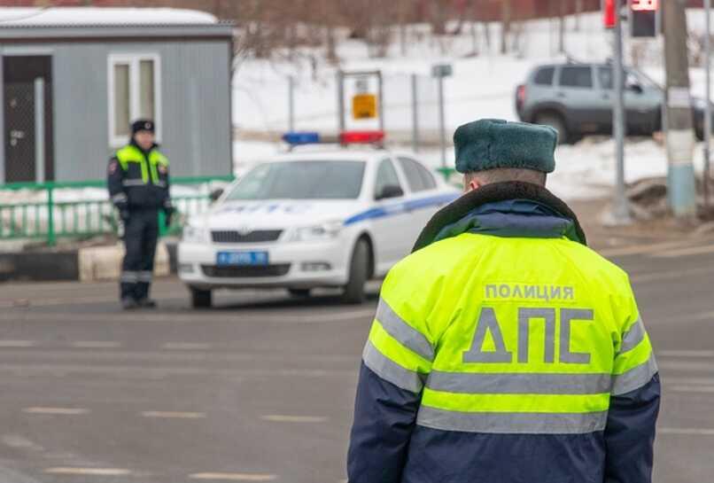 policias inspeccionando a conductores