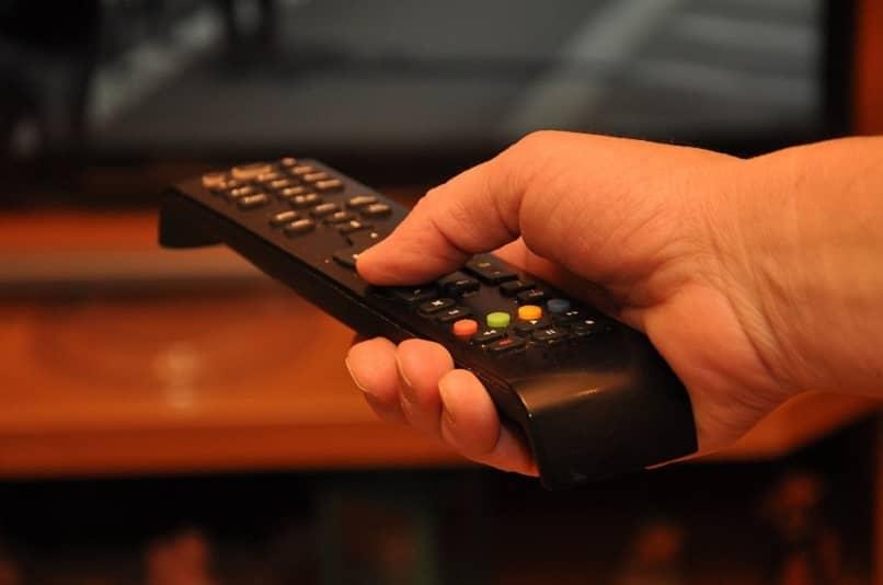 control de un samrt tv que sirve para editar la cofiguracion de fabrica en el menu oculto