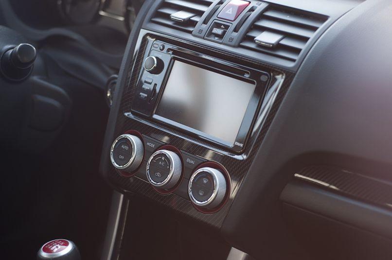 radio negra de un coche