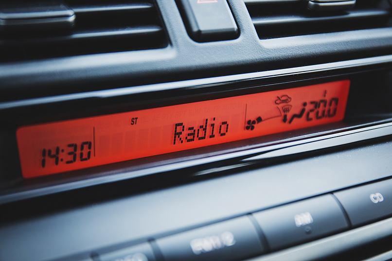 radio con pantalla roja
