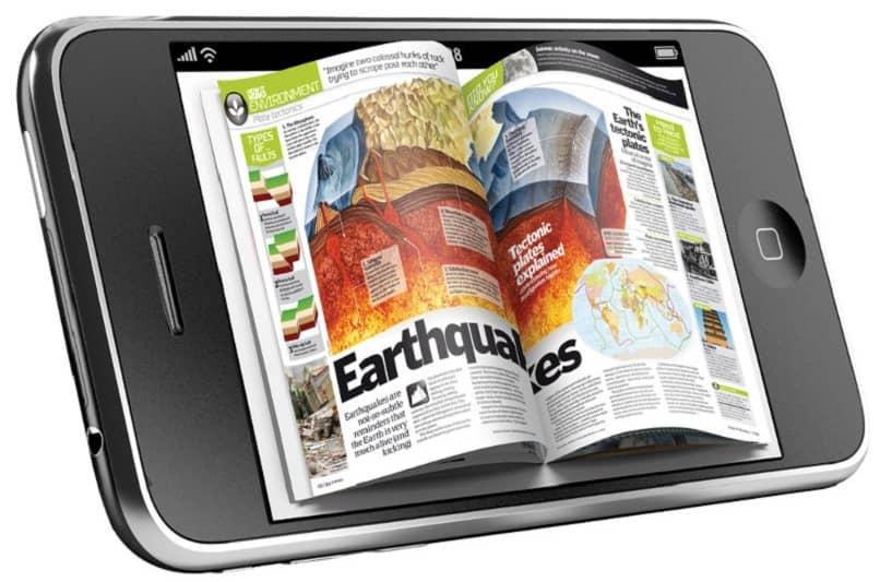 persona usando su celular para ver una revista digital desde calameo
