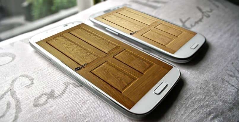 smartphones samsung con pantalla de puerta
