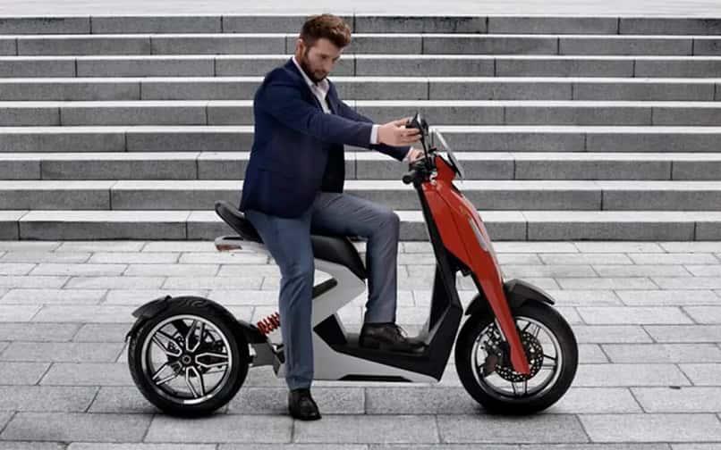 chico sobre una scooter