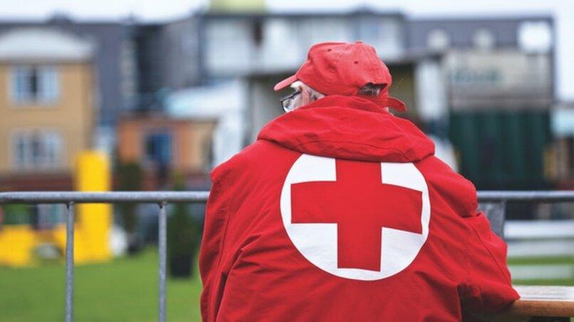 hombre con chaqueta de la cruz roja de espalda