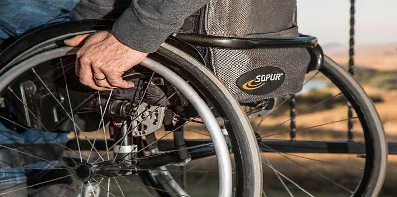 anciano en silla de ruedas