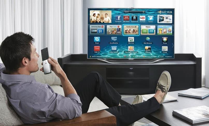 hombre controlando smart tv por telefono