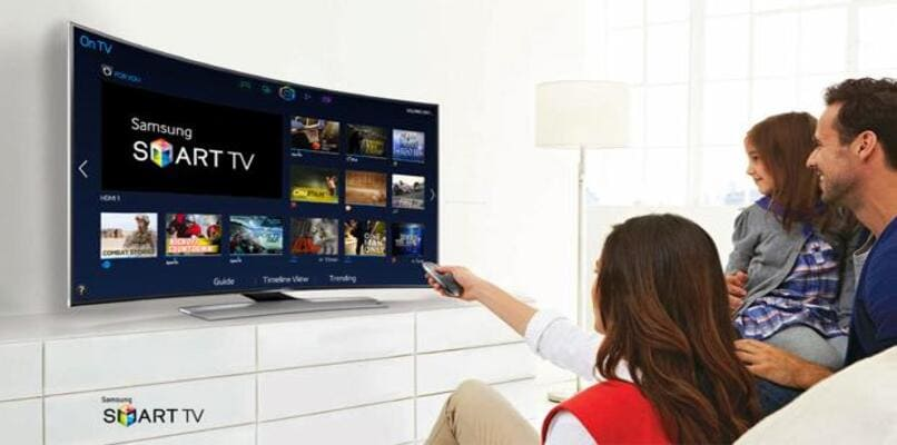 personas viendo smart tv