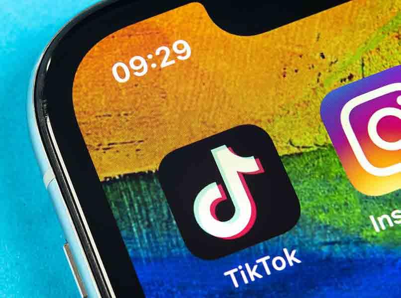 telefono con aplicaciones tiktok instagram