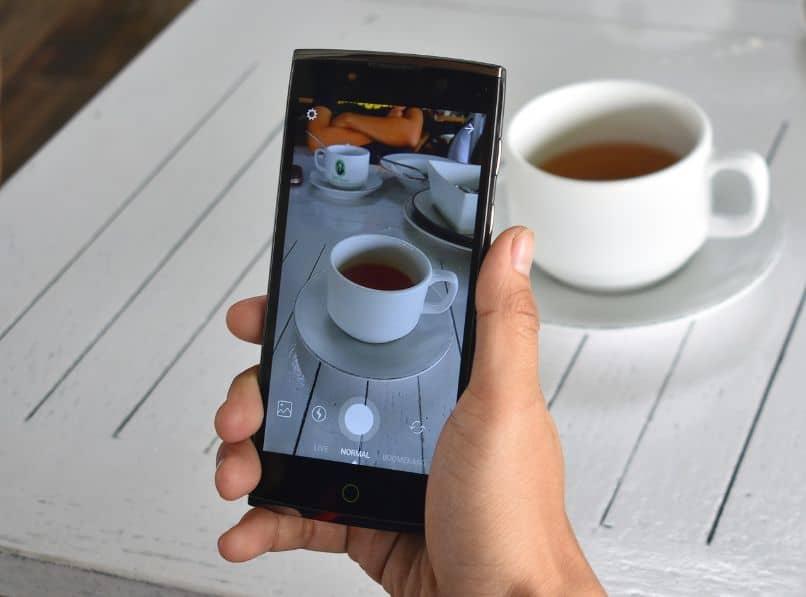 smartphone con camara de instagram tomando foto