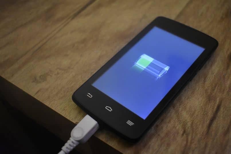 smartphone cargando su bateria