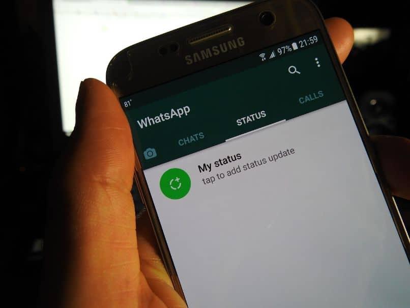 smartphone con seccion de estados de whatsapp