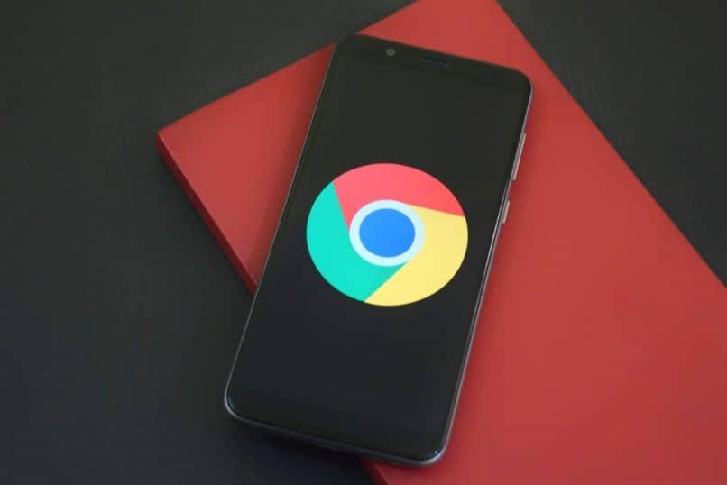 smartphone con google chrome sobre escritorio negro