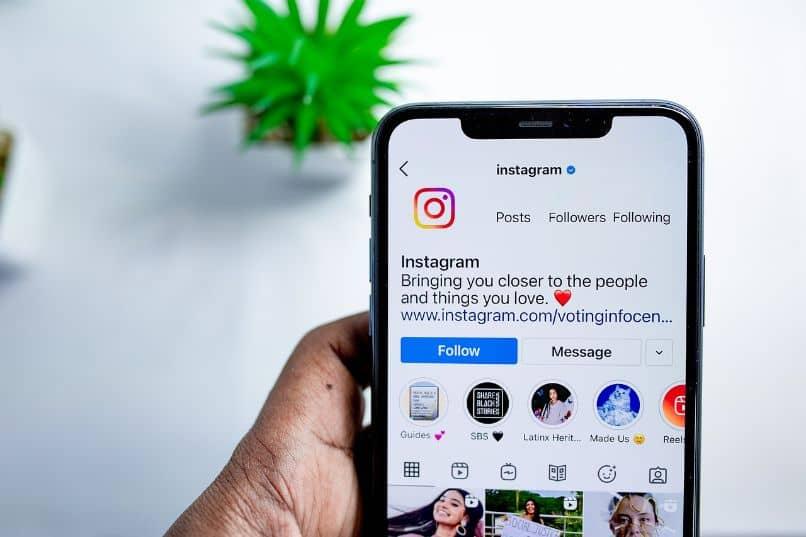 smartphone con instagram y mano