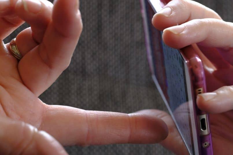 smartphone con teclado en manos de mujer