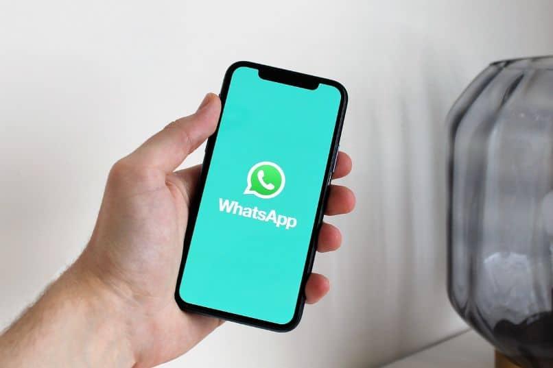 smartphone con app de whatsapp en mano