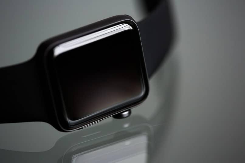 smartwatch negro sobre mesa
