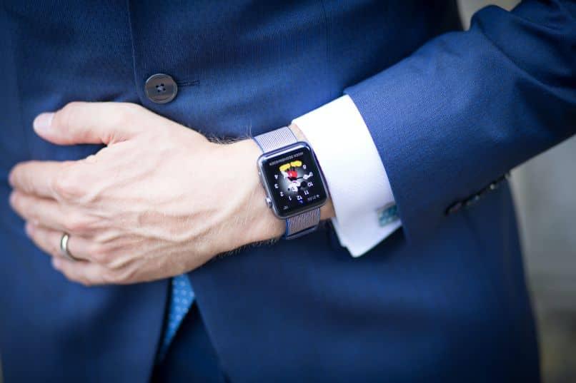 hombre en traje con smartwatch
