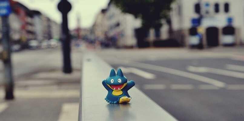 pokemon caminando en baranda
