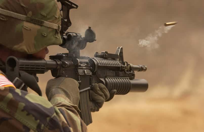 soldado dispara a modo de free fire