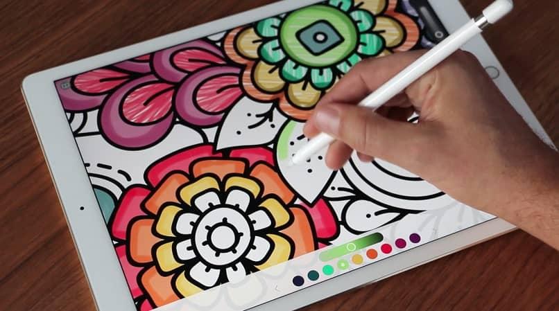 mano lapiz dibujar colorear tablet