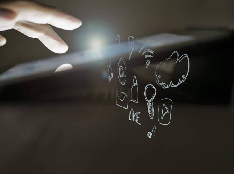 pantalla tactil con mano y dibujos