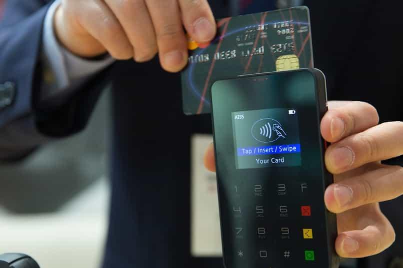 empresa utiliza servicios de bancos comerciales con tarjeta de credito
