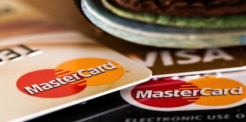 tarjetas de credito sobre mesa