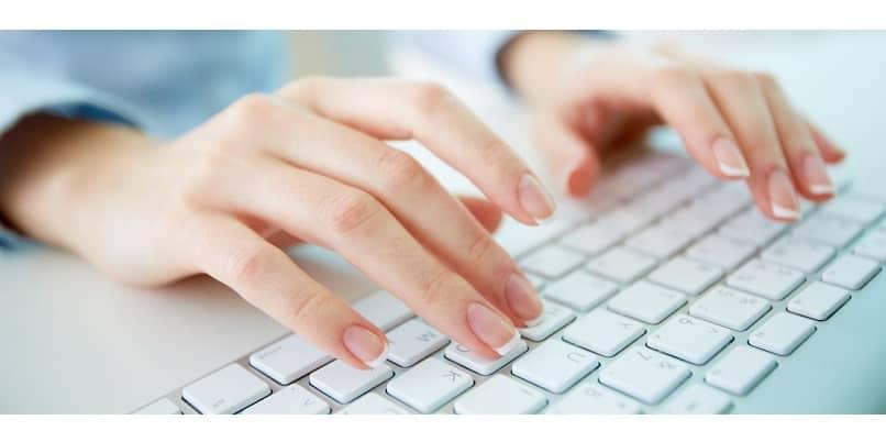 teclado y manos