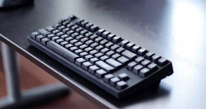 teclado sobre una mesa