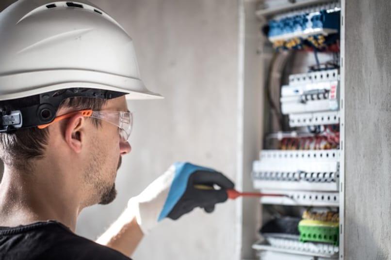 tecnico arreglando conexiones de electricidad