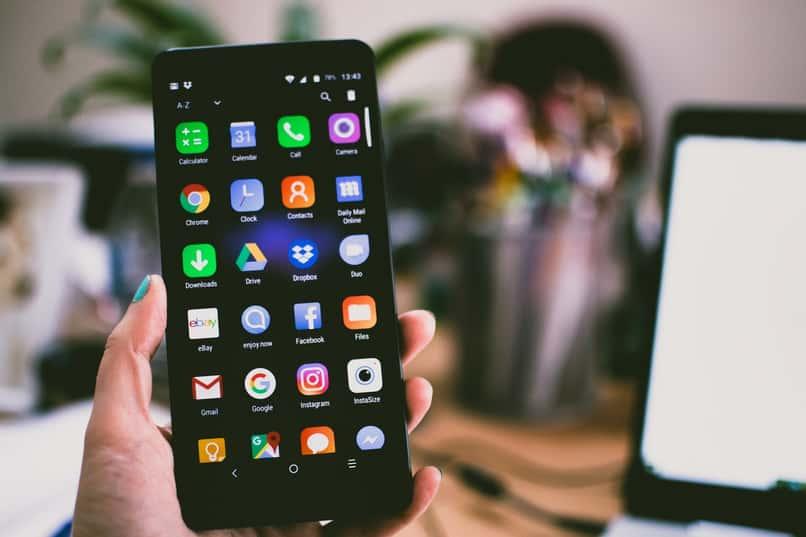 mano sostiene telefono android