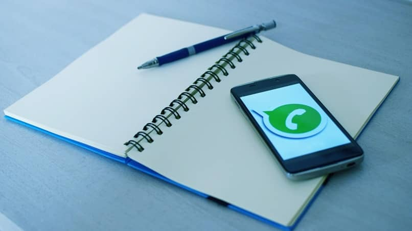 cuaderno encima telefono icono whatsapp
