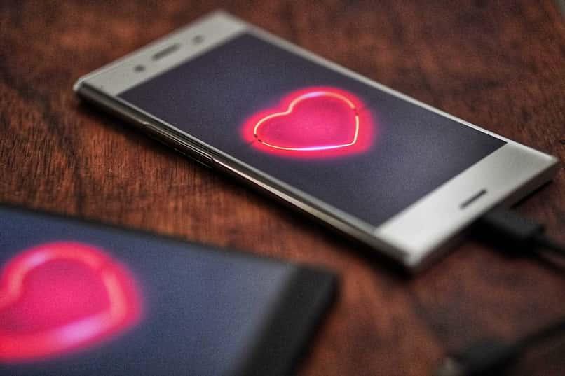 dos telefonos con corazones