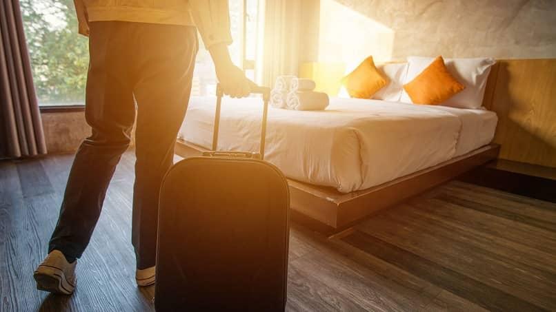 turista entrando en su habitacion de hotel