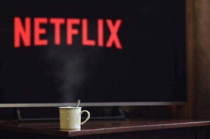 logo de netflix en la pantalla de un smart tv