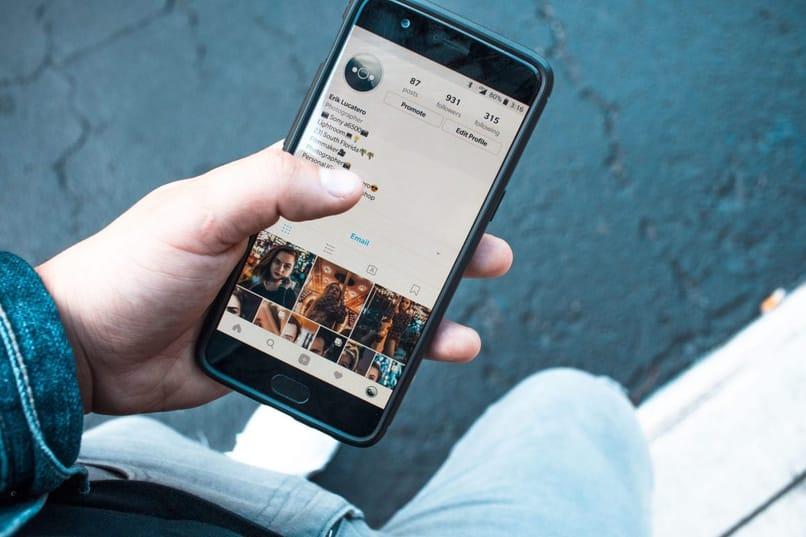 persona utilizando instagram en el telefono