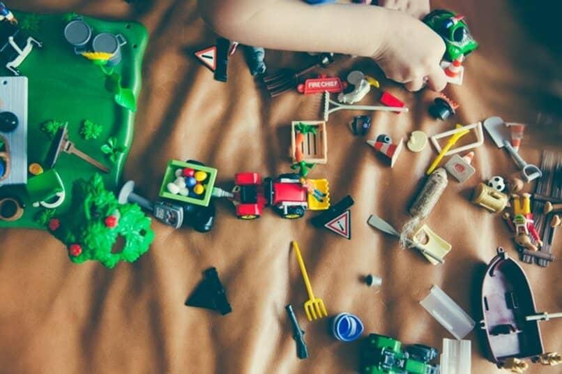 varios juguetes en el piso