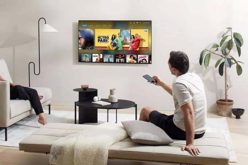 personas utilizando smart tv